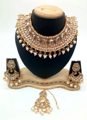 Golden Kundan Chokar Necklace Set With Earrings And Maang Tikka