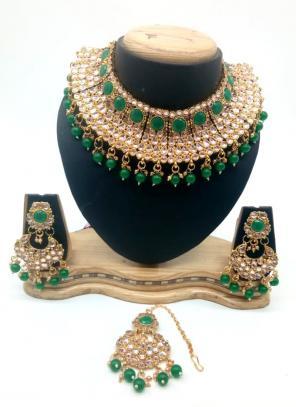 Green Kundan Chokar Necklace Set With Earrings And Maang Tikka
