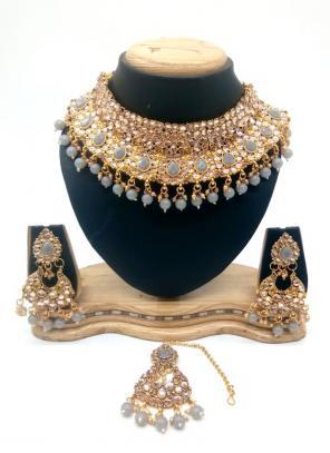 Grey Gold Tone Kundan And Pearls Chokar Necklace Set