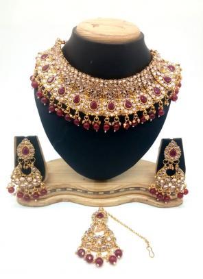 Wine Gold Tone Kundan And Pearls Chokar Necklace Set